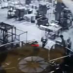【お約束】中国工場 とんでもない体勢で機械を弄る男性、案の定な展開・・・・・(動画)