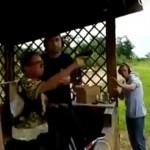 【アイヤー】射撃場にて昔のB級映画みたいな撃ち方する中国人、何これダサいwwwwwwwwww(動画)