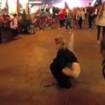 【露出狂美女】街中の大通りでいきなりしゃがんでオシッコしはじめる美女、フリーダムだなwwwwwwww(動画)