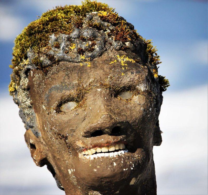 【怖過ぎ】フィンランドの彫刻家が庭に設置した450体の作品、ホラー過ぎだろ!!(画像)・5枚目