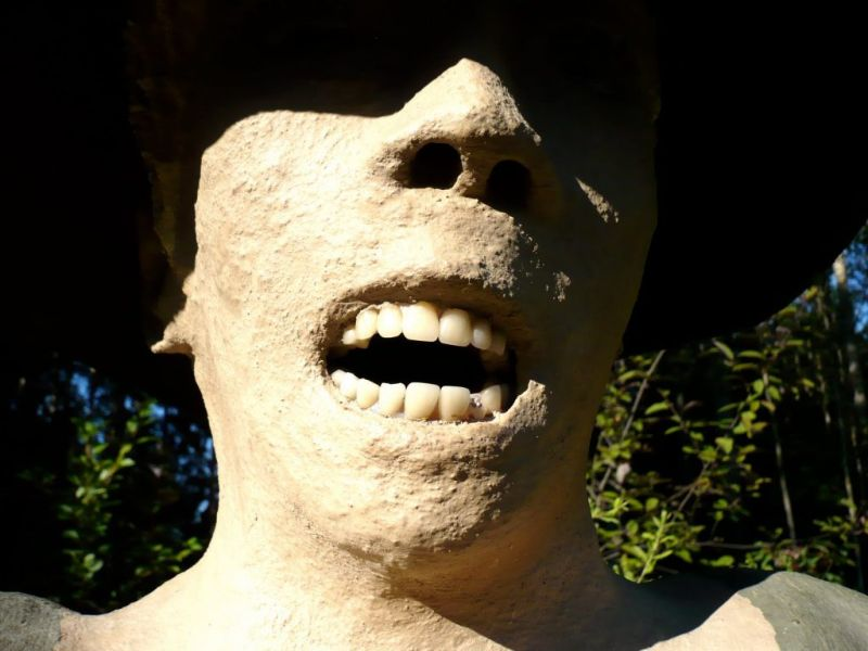 【怖過ぎ】フィンランドの彫刻家が庭に設置した450体の作品、ホラー過ぎだろ!!(画像)・12枚目