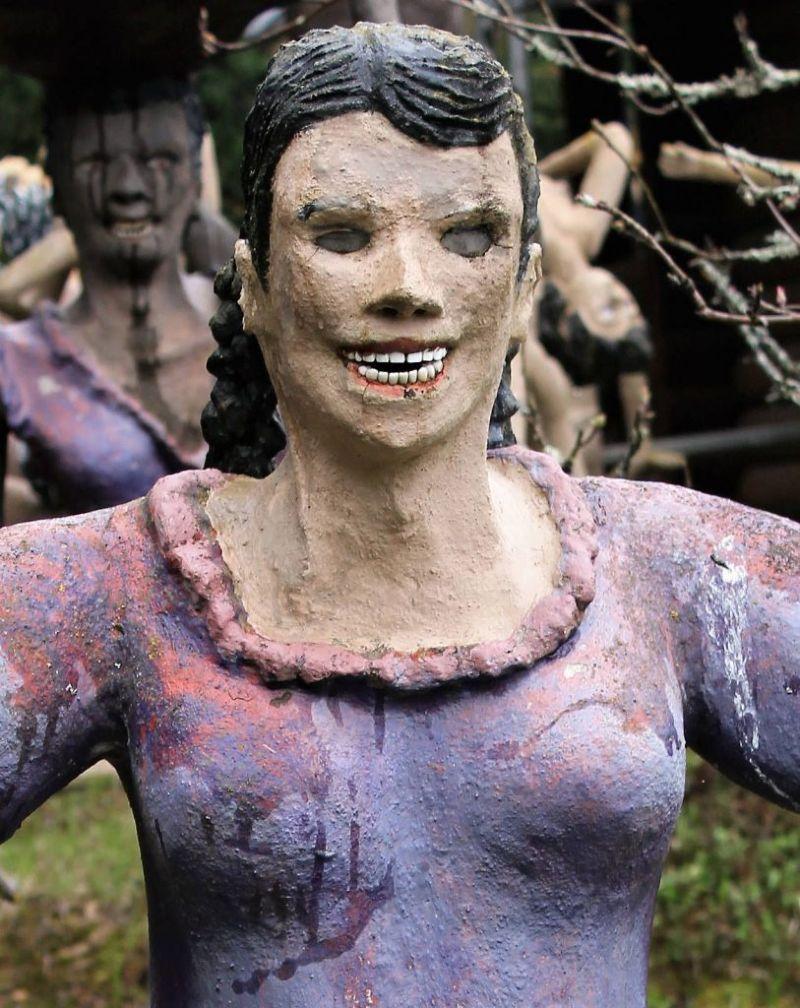 【怖過ぎ】フィンランドの彫刻家が庭に設置した450体の作品、ホラー過ぎだろ!!(画像)・17枚目