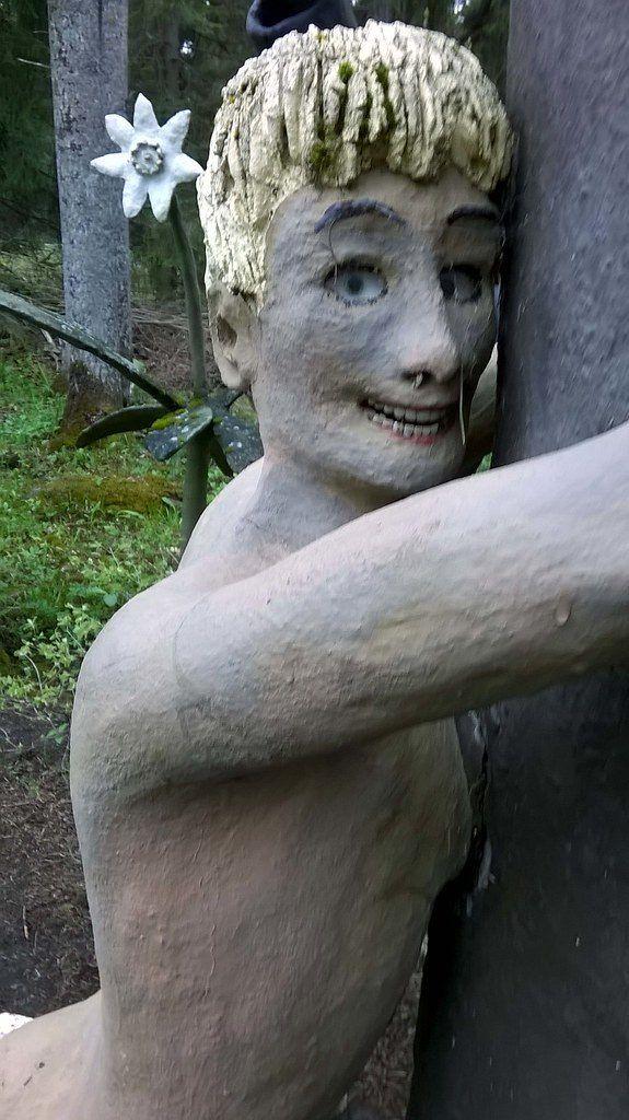 【怖過ぎ】フィンランドの彫刻家が庭に設置した450体の作品、ホラー過ぎだろ!!(画像)・20枚目