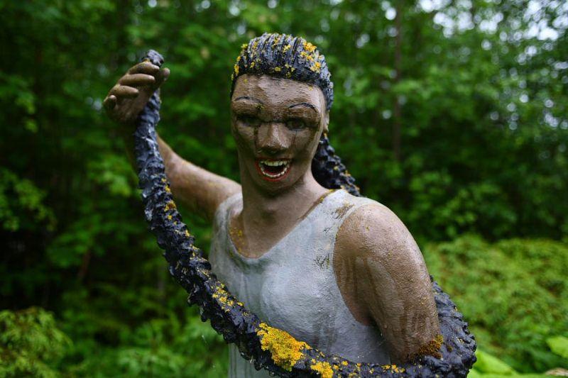 【怖過ぎ】フィンランドの彫刻家が庭に設置した450体の作品、ホラー過ぎだろ!!(画像)・23枚目
