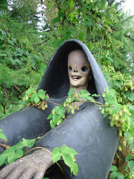 【怖過ぎ】フィンランドの彫刻家が庭に設置した450体の作品、ホラー過ぎだろ!!(画像)・24枚目