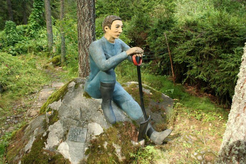 【怖過ぎ】フィンランドの彫刻家が庭に設置した450体の作品、ホラー過ぎだろ!!(画像)・26枚目