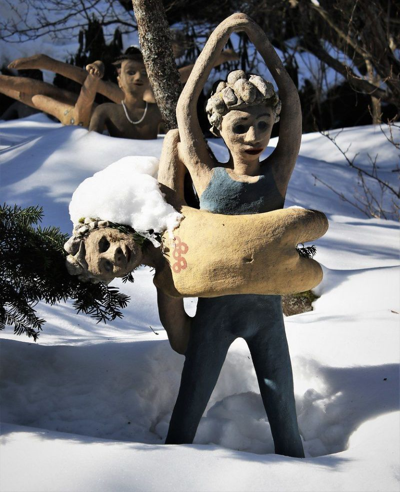 【怖過ぎ】フィンランドの彫刻家が庭に設置した450体の作品、ホラー過ぎだろ!!(画像)・27枚目