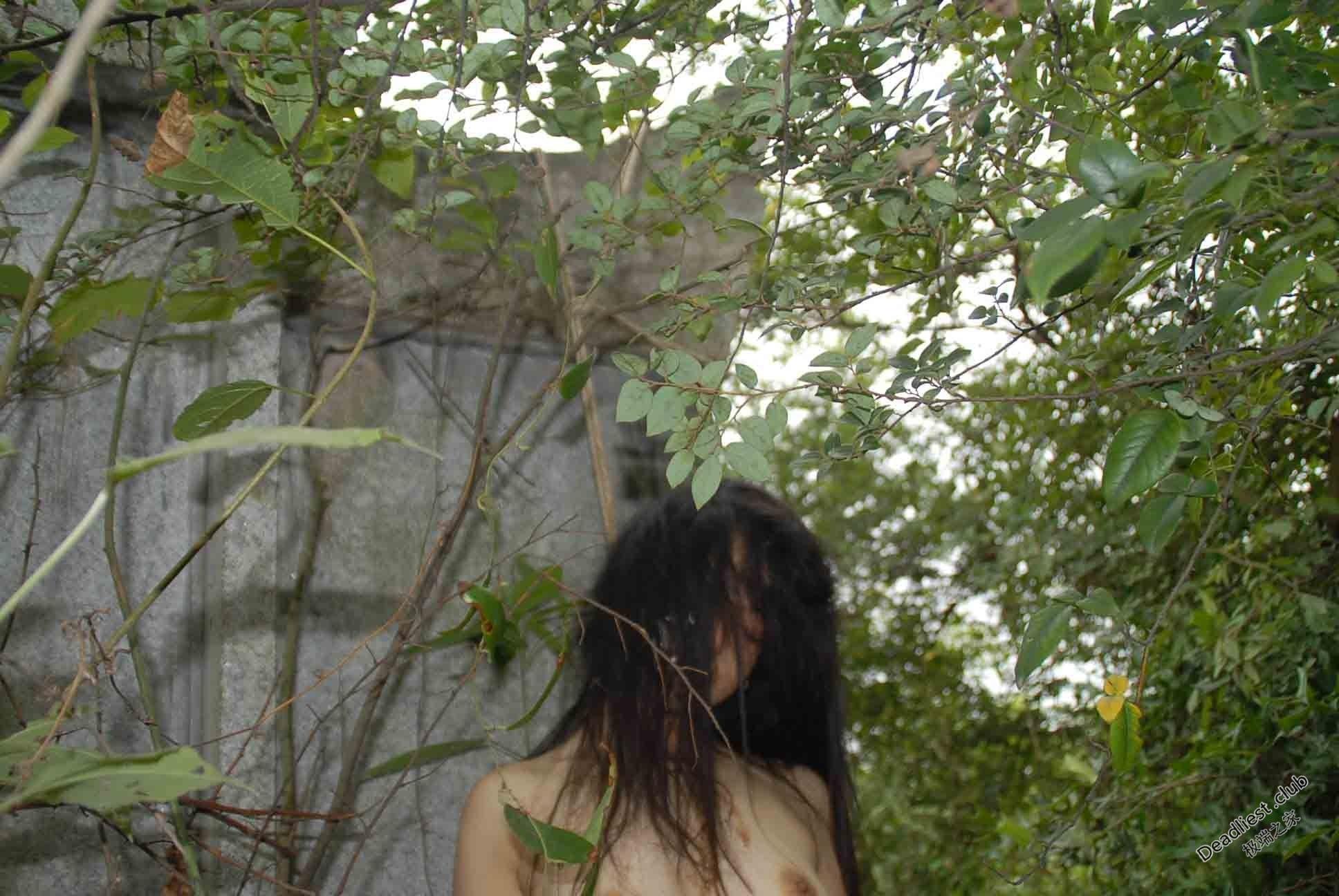 【遺体注意】詳細不明 中国の墓地で発見された若い女性の遺体、レイプ?自殺?(画像)・1枚目