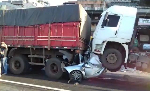 【奇跡】後ろから激突してきたトラックに数十㎝にまで圧縮されたブラジル人男性、無事生還!!(画像)・2枚目