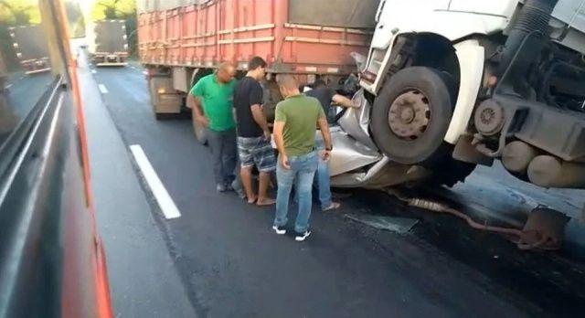 【奇跡】後ろから激突してきたトラックに数十㎝にまで圧縮されたブラジル人男性、無事生還!!(画像)・4枚目