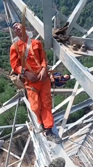 【玉ヒュン】地上50メートルの鉄塔で作業中に居眠りする中国人、心臓強すぎだろ!!(動画)・1枚目