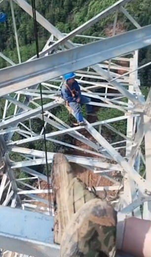 【玉ヒュン】地上50メートルの鉄塔で作業中に居眠りする中国人、心臓強すぎだろ!!(動画)・3枚目
