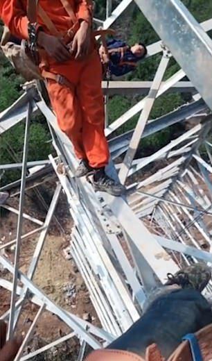 【玉ヒュン】地上50メートルの鉄塔で作業中に居眠りする中国人、心臓強すぎだろ!!(動画)・4枚目