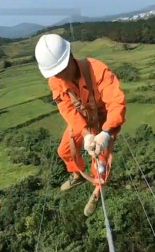 【玉ヒュン】地上50メートルの鉄塔で作業中に居眠りする中国人、心臓強すぎだろ!!(動画)・5枚目