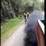 【酷すぎ】サイクリストに黒煙を大量噴霧するディーゼル車、クッソ迷惑だな・・・・・(動画)