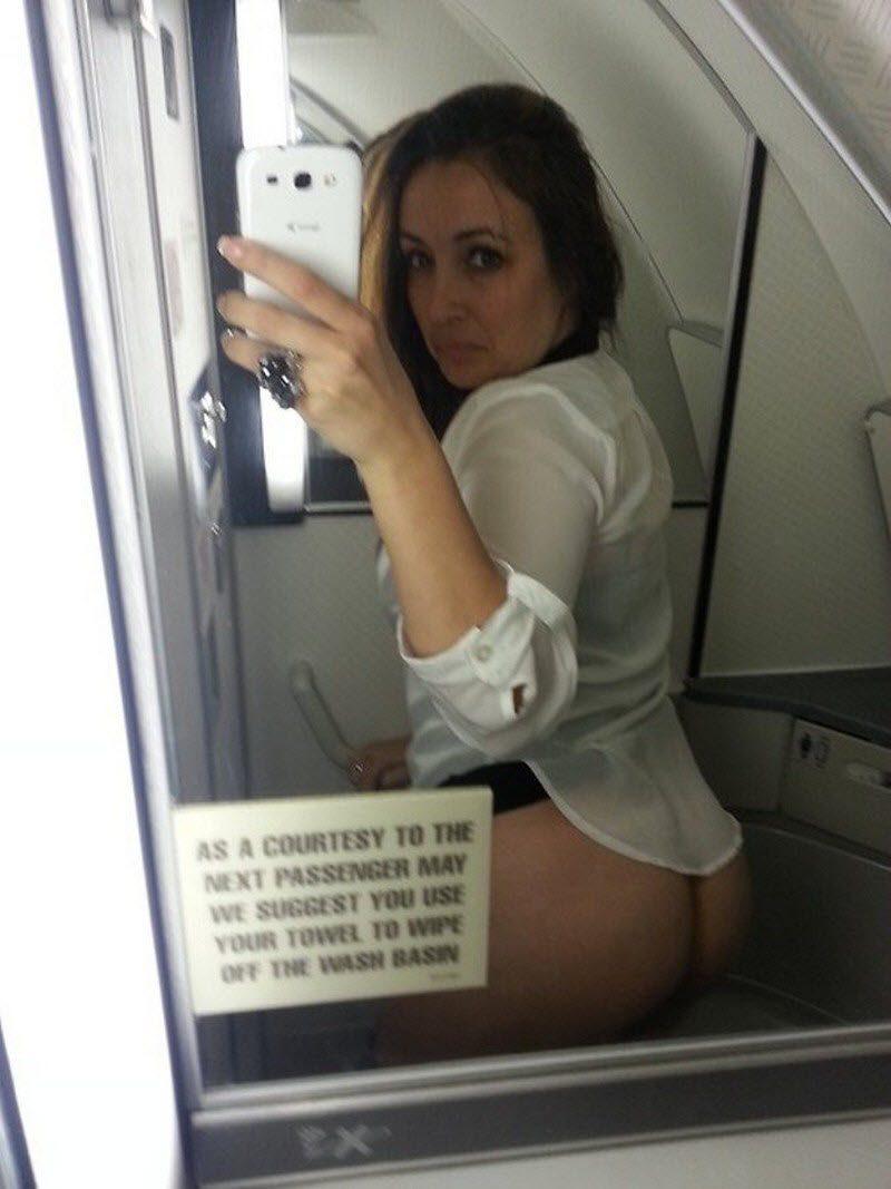 【エロ自撮り】飛行機のトイレとか機内でエロ自撮りする外人まんさん、こいつ等頭おかしいな・・・・・(画像)・9枚目
