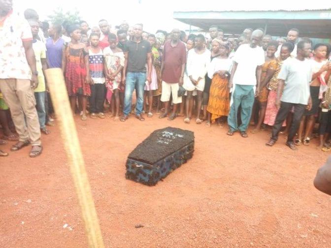 【黒魔術】ガーナの駅に放置された棺からとんでもないモノが発見される・・・・・(画像)・1枚目