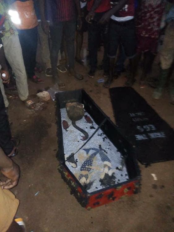 【黒魔術】ガーナの駅に放置された棺からとんでもないモノが発見される・・・・・(画像)・2枚目