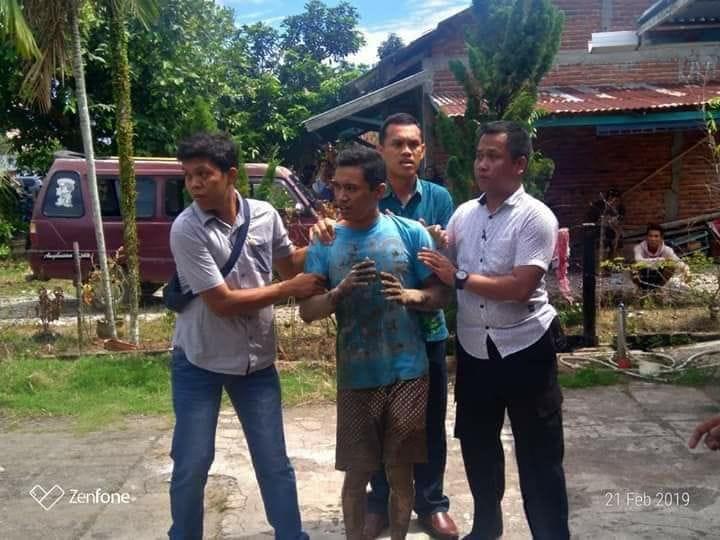 【猟奇殺人】ココナッツを割る為に隣人にマチューテを借りたインドネシア人男性、妊娠中の妻の腹を掻っ捌く!!(画像)・2枚目