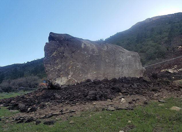 【危険】コロラド州の巨大落石、民家の2倍ほどもある巨岩が落ちてきて高速道路を塞ぐ!!(画像)・1枚目