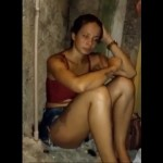【胸糞】スラムの建物で仲間に散髪してもらってたブラジル少女、いきなり意味も無くボコボコにされる・・・・・(動画)