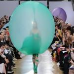 """【お洒落?】ノルウェーのデザイナーによる新ファッション""""バルーンドレス""""、これホントお洒落なの??(画像)"""