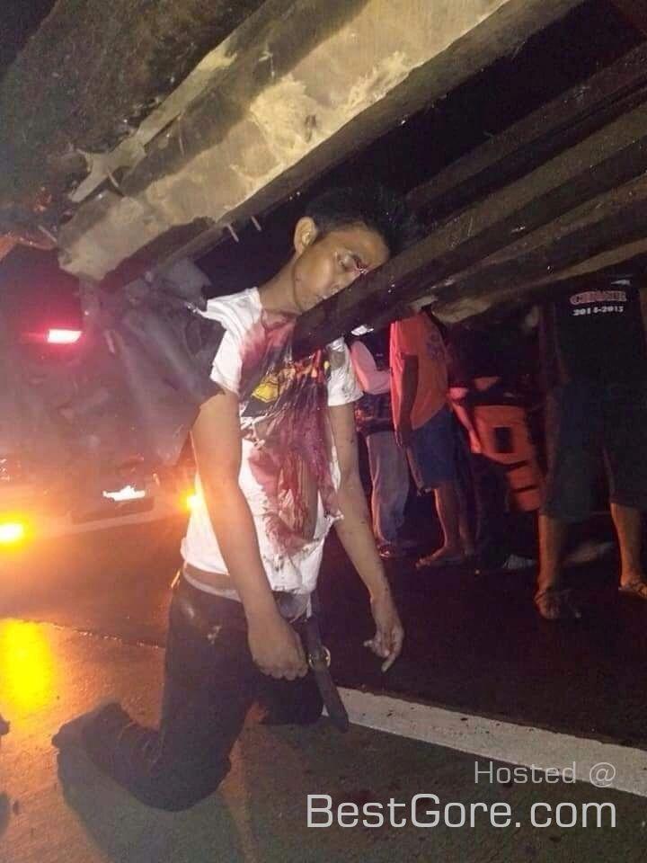 【グロ注意】フィリピンのバイクライダー、停車してるトラックの荷台の鉄骨に突っ込む!!・1枚目