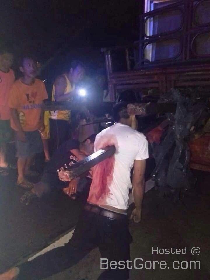 【グロ注意】フィリピンのバイクライダー、停車してるトラックの荷台の鉄骨に突っ込む!!・2枚目