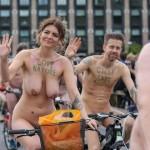 """【裸族の祭典】ロンドンで毎年開催される""""世界全裸自転車ライド""""、垂れ乳ばかりだけど超エロい!!(画像)"""