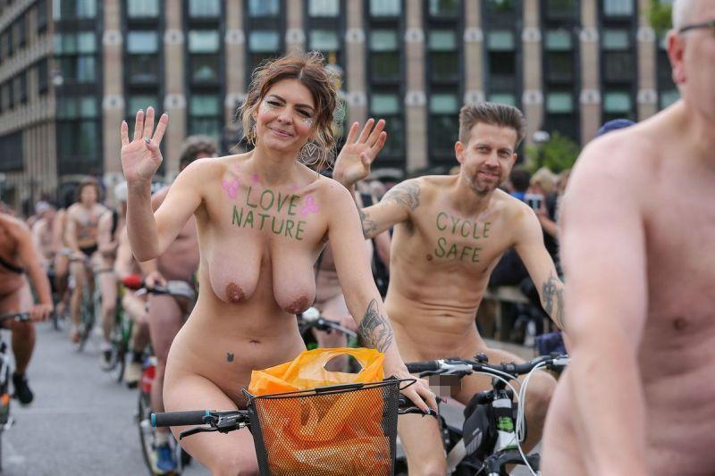 """【裸族の祭典】ロンドンで毎年開催される""""世界全裸自転車ライド""""、垂れ乳ばかりだけど超エロい!!(画像)・1枚目"""