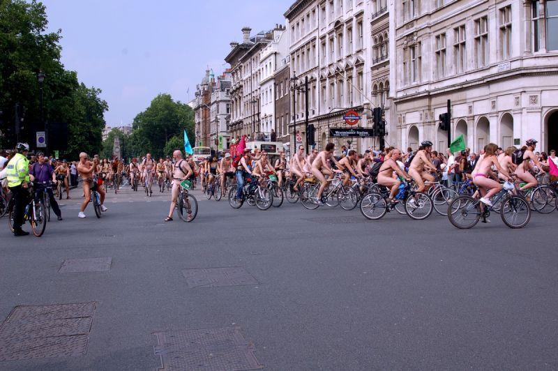 """【裸族の祭典】ロンドンで毎年開催される""""世界全裸自転車ライド""""、垂れ乳ばかりだけど超エロい!!(画像)・4枚目"""