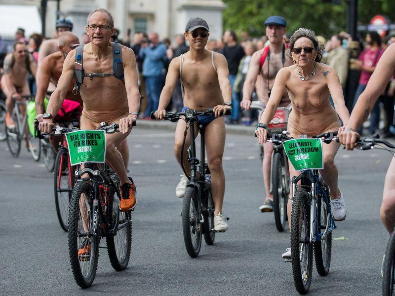 """【裸族の祭典】ロンドンで毎年開催される""""世界全裸自転車ライド""""、垂れ乳ばかりだけど超エロい!!(画像)・5枚目"""