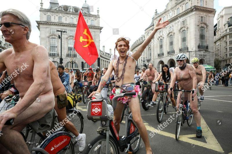 """【裸族の祭典】ロンドンで毎年開催される""""世界全裸自転車ライド""""、垂れ乳ばかりだけど超エロい!!(画像)・7枚目"""
