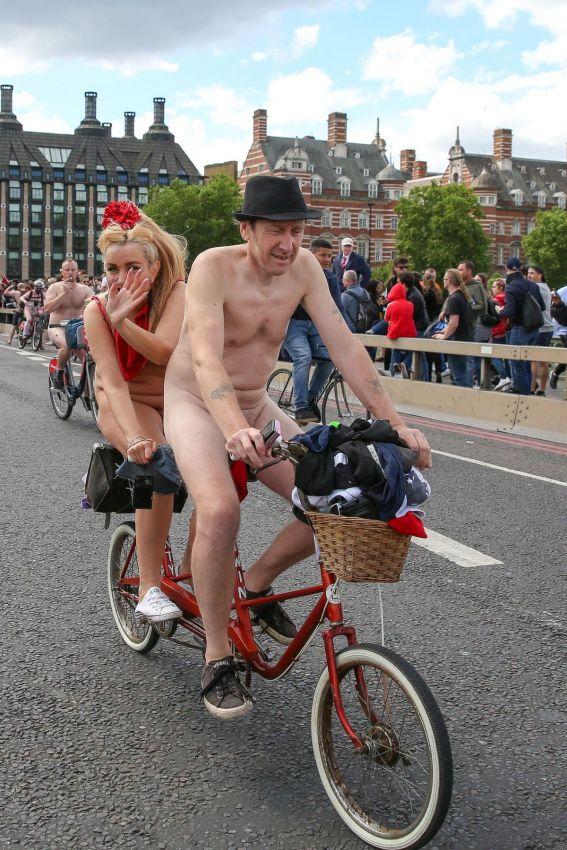 """【裸族の祭典】ロンドンで毎年開催される""""世界全裸自転車ライド""""、垂れ乳ばかりだけど超エロい!!(画像)・9枚目"""