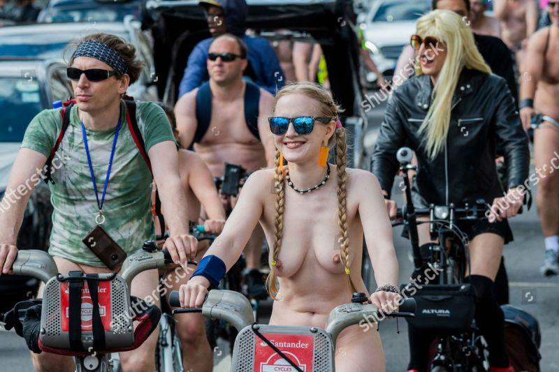 """【裸族の祭典】ロンドンで毎年開催される""""世界全裸自転車ライド""""、垂れ乳ばかりだけど超エロい!!(画像)・10枚目"""