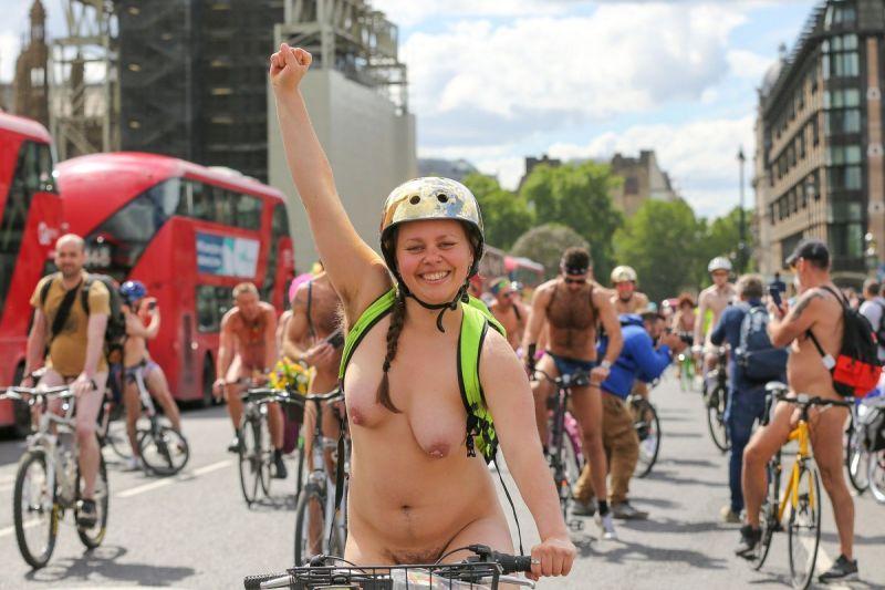 """【裸族の祭典】ロンドンで毎年開催される""""世界全裸自転車ライド""""、垂れ乳ばかりだけど超エロい!!(画像)・14枚目"""