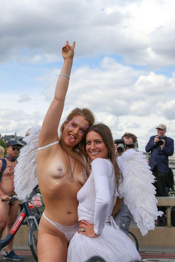 """【裸族の祭典】ロンドンで毎年開催される""""世界全裸自転車ライド""""、垂れ乳ばかりだけど超エロい!!(画像)・15枚目"""