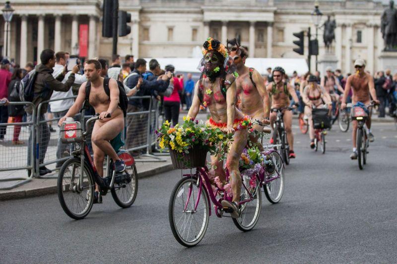 """【裸族の祭典】ロンドンで毎年開催される""""世界全裸自転車ライド""""、垂れ乳ばかりだけど超エロい!!(画像)・16枚目"""