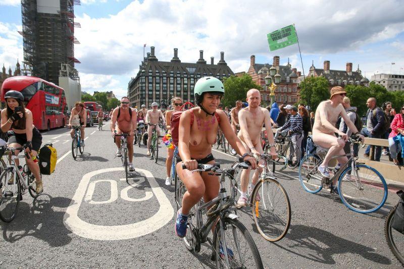 """【裸族の祭典】ロンドンで毎年開催される""""世界全裸自転車ライド""""、垂れ乳ばかりだけど超エロい!!(画像)・19枚目"""