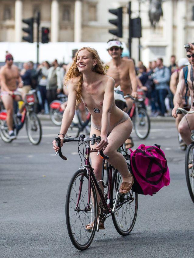 """【裸族の祭典】ロンドンで毎年開催される""""世界全裸自転車ライド""""、垂れ乳ばかりだけど超エロい!!(画像)・20枚目"""