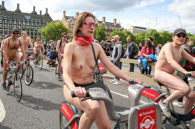 """【裸族の祭典】ロンドンで毎年開催される""""世界全裸自転車ライド""""、垂れ乳ばかりだけど超エロい!!(画像)・22枚目"""