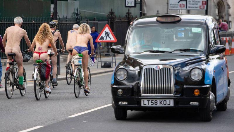 """【裸族の祭典】ロンドンで毎年開催される""""世界全裸自転車ライド""""、垂れ乳ばかりだけど超エロい!!(画像)・24枚目"""