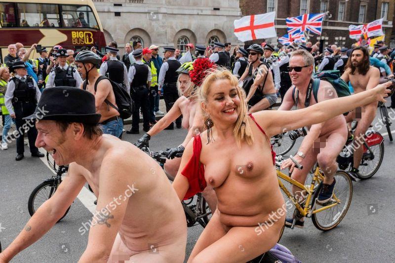 """【裸族の祭典】ロンドンで毎年開催される""""世界全裸自転車ライド""""、垂れ乳ばかりだけど超エロい!!(画像)・25枚目"""