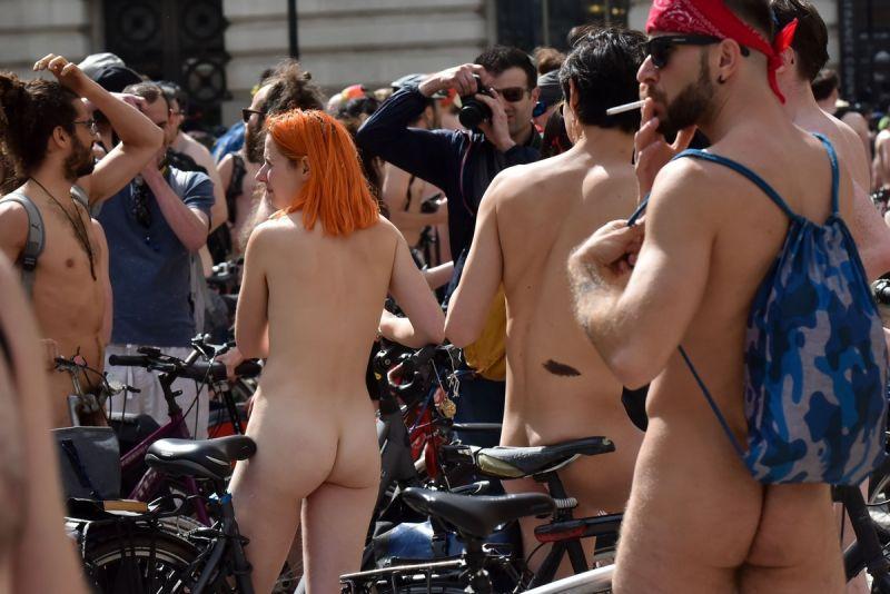 """【裸族の祭典】ロンドンで毎年開催される""""世界全裸自転車ライド""""、垂れ乳ばかりだけど超エロい!!(画像)・26枚目"""
