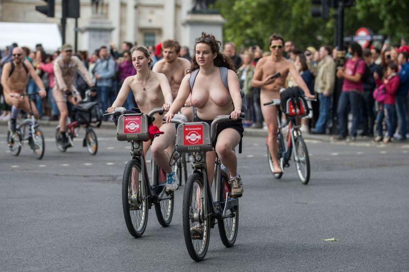 """【裸族の祭典】ロンドンで毎年開催される""""世界全裸自転車ライド""""、垂れ乳ばかりだけど超エロい!!(画像)・27枚目"""
