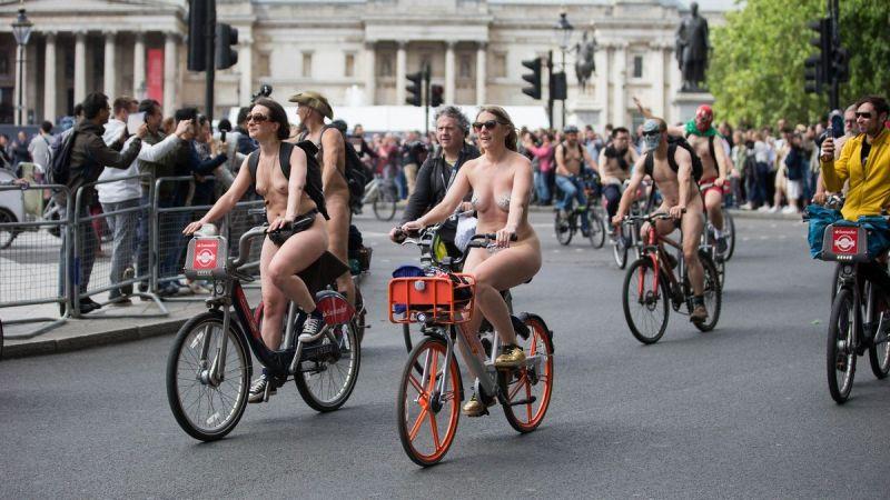 """【裸族の祭典】ロンドンで毎年開催される""""世界全裸自転車ライド""""、垂れ乳ばかりだけど超エロい!!(画像)・28枚目"""