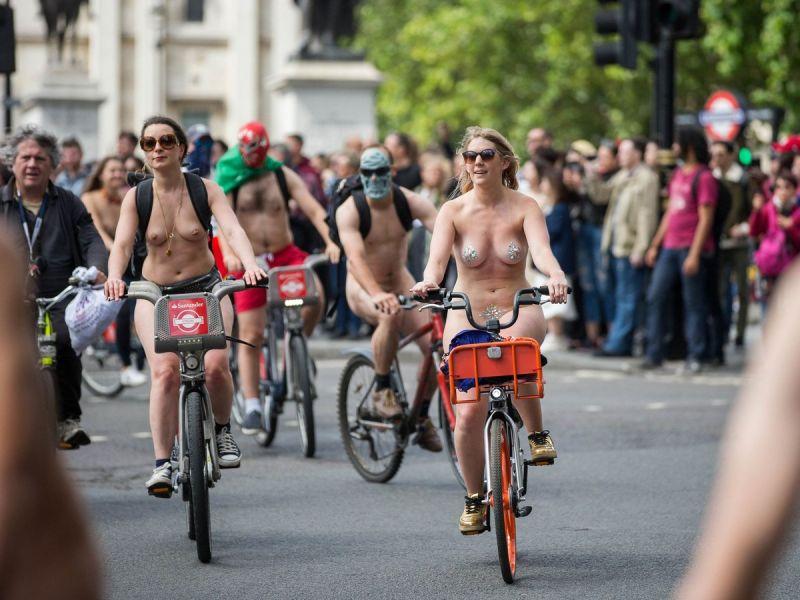 """【裸族の祭典】ロンドンで毎年開催される""""世界全裸自転車ライド""""、垂れ乳ばかりだけど超エロい!!(画像)・29枚目"""