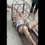 【悲惨】浮気した中国人男性、ケージに捕らえられて妻から棒でボコボコにされる・・・・(動画)