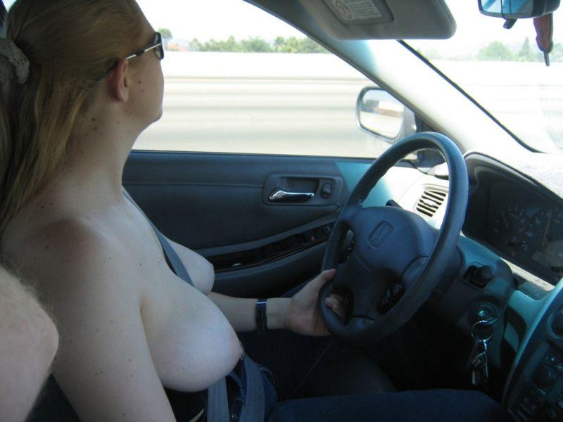 【陽キャおっぱい】家でも外でもドライブ中でもおっぱい出しまくりなアメリカ人まんさん、もう服必要ないだろ!!(画像)・32枚目