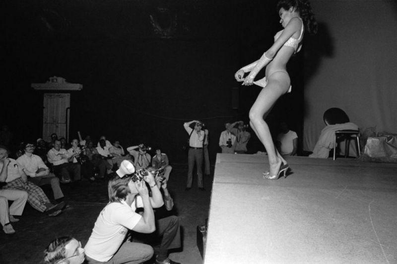 【ストリップ】1970年代のシカゴのストリップ劇場の様子、今のコミケ会場前とあまり変わらないな・・・・・(画像)・1枚目
